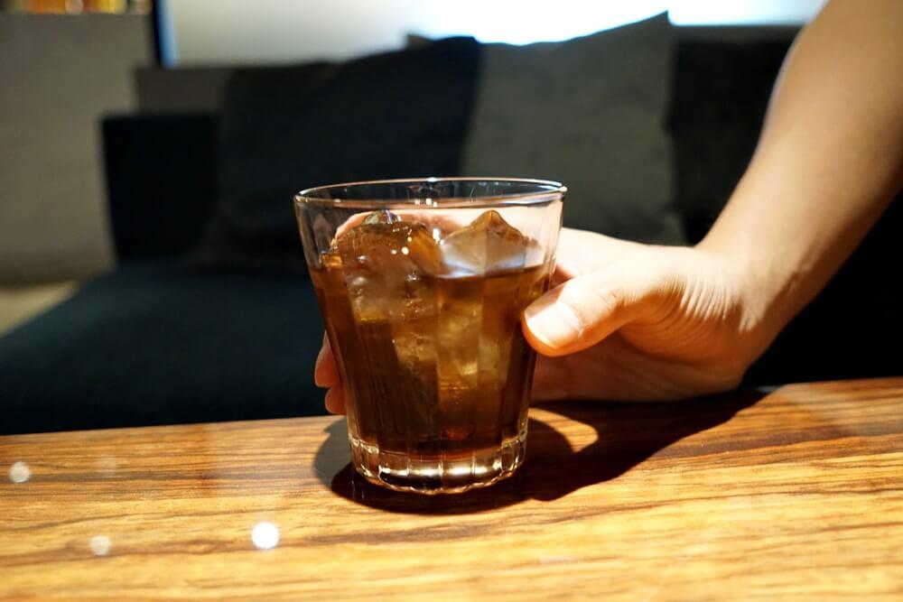 昼なんでお酒じゃなくてコーラを飲んでいるというサトシさん(30歳)。