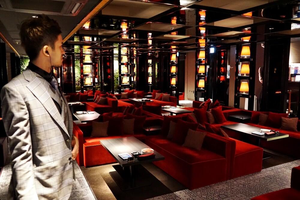 これがオリエンタルラウンジ横浜のメインフロア。赤や黒を基調とした妖しくおしゃれな空間です。