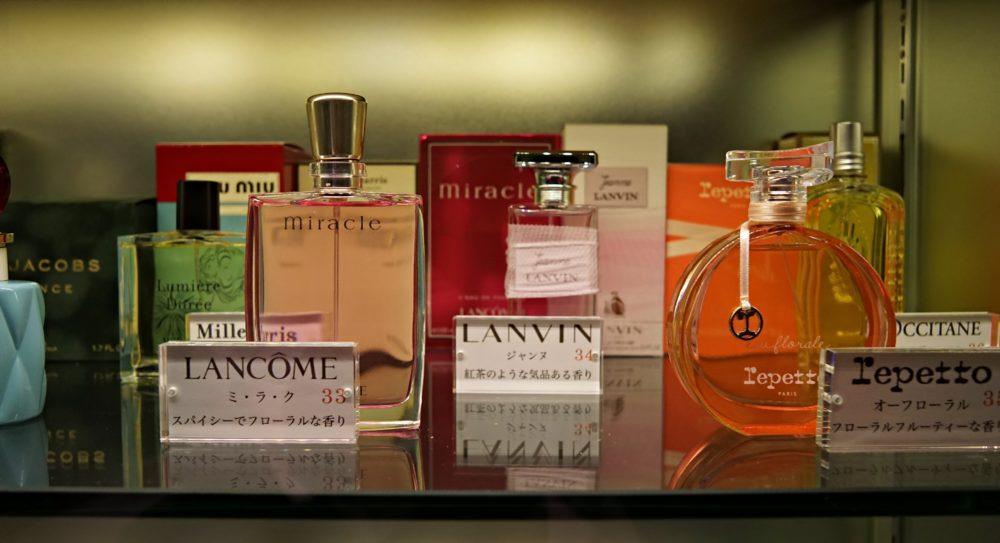 香水や化粧品が並んでいて、無料で試すことができる!