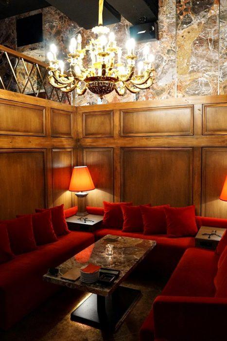 半個室群の間にある席。こちらはゴージャスな雰囲気。