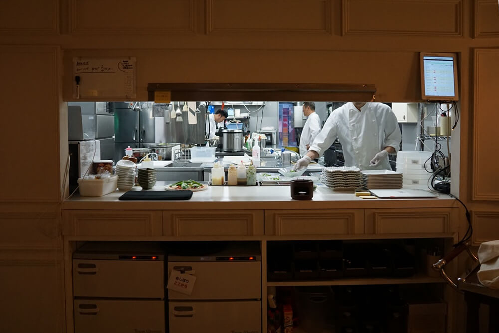 オリエンタルラウンジ新宿店の厨房の様子は丸見え。この日はコックさんが5人くらい入ってました。