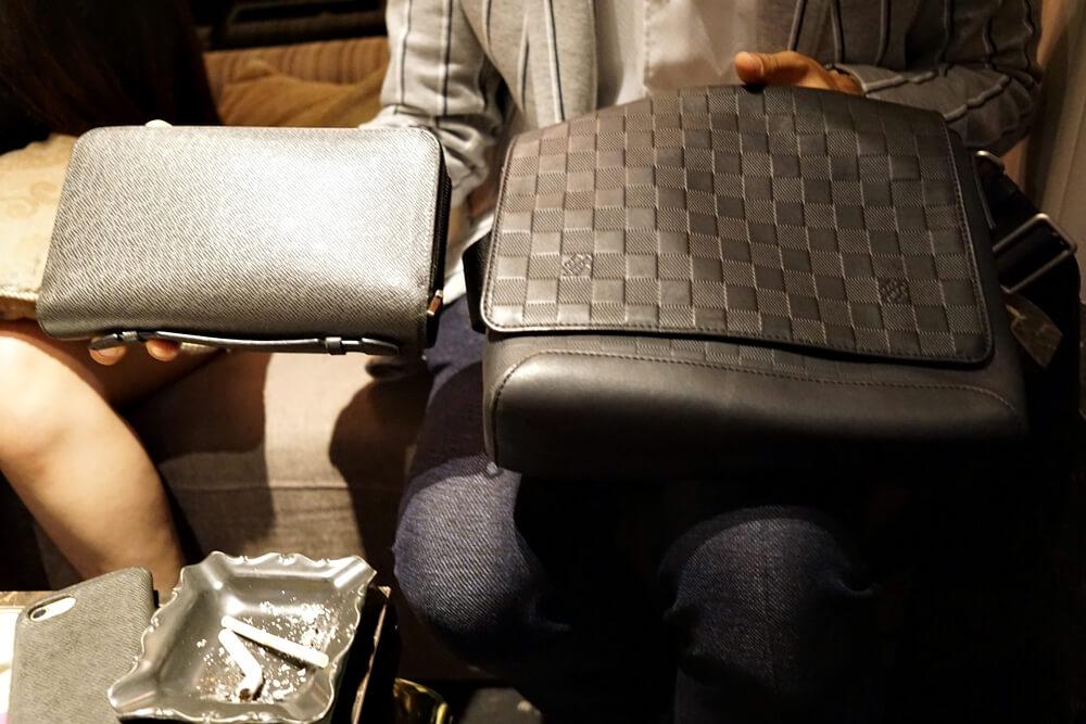 左が財布で右がバッグ。財布がめちゃでかいです。