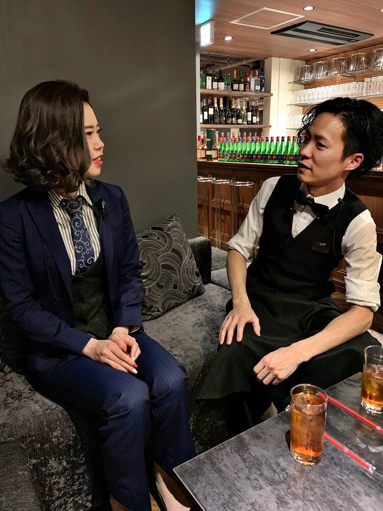 鈴木「結構離れてください。それで体を女性のほうへ向ける。」
