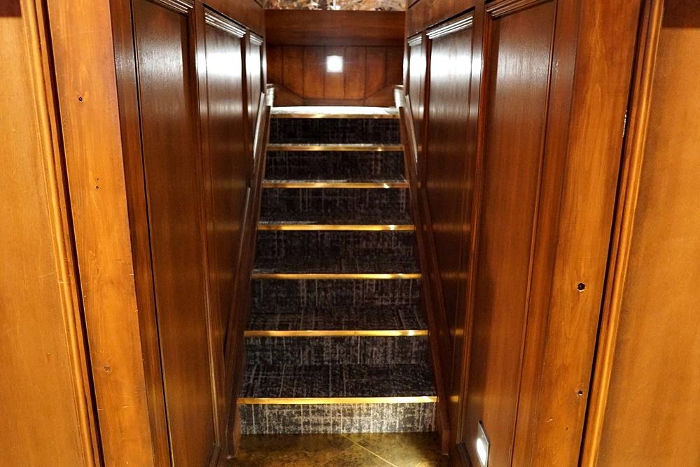 オリエンタルラウンジ大宮には所々このような階段があり、ロフトラウンジへと上がることができます。