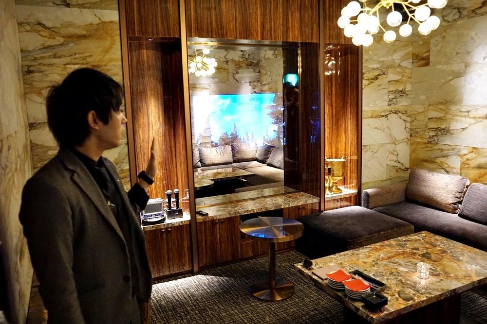 大理石風の部屋。カラオケもついてます。